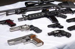 Lasketiirus AK-47 ja Desert Eagle seltsis käsi kibedaks