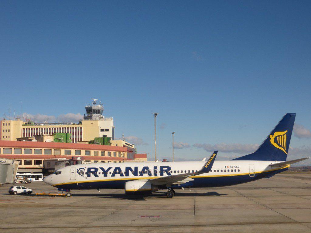 airport-746174_1280