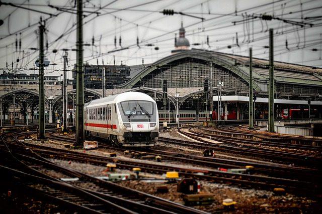 railway-station-619082_640